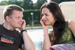Couples détendant à l'extérieur Photos stock