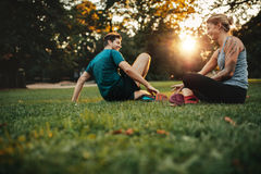 Couples détendant après stage de formation physique Photographie stock