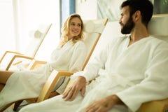 Couples détendant au centre de station thermale photo stock