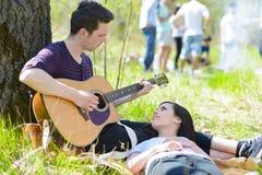 Couples détendant au pique-nique Images libres de droits