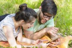 Couples détendant avec la Tablette de Digital Photographie stock