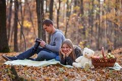 Couples détendant dans la forêt Photo libre de droits