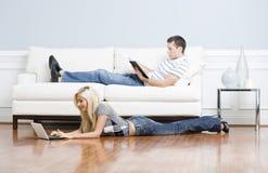 Couples détendant dans la salle de séjour Photos libres de droits