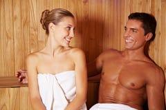 Couples détendant dans la station thermale Photographie stock libre de droits
