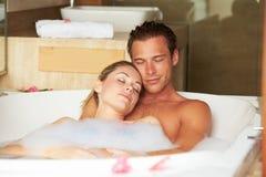Couples détendant dans le bain moussant ensemble photo libre de droits