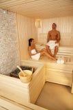 Couples détendant dans le sauna Image libre de droits