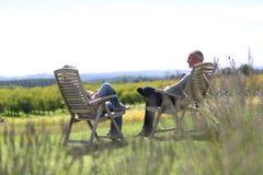 Couples détendant devant le vin de vignobles Images stock