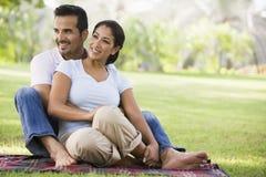 Couples détendant en stationnement Images libres de droits