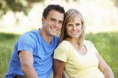 Couples détendant en Sunny Summer Field Photos stock