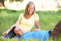 Couples détendant en Sunny Summer Field Image stock