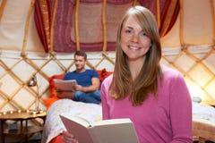 Couples détendant en vacances dans Yurt image stock