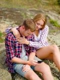 Couples détendant en voyage de hausse Femme soulageant un homme triste sur un fond naturel Concept de soin B Photographie stock