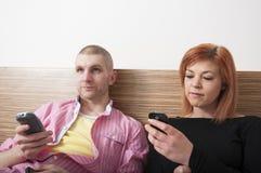 Couples détendant ensemble. image stock