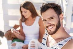 Couples détendant ensemble sur la plage Photos libres de droits