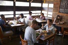 Couples détendant pendant le déjeuner dans un restaurant, vue élevée Images stock