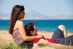 Couples détendant sur la plage Images libres de droits