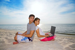 Couples détendant sur la plage Images stock