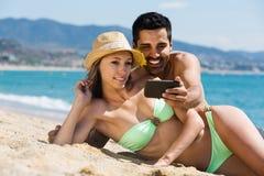 Couples détendant sur la plage Photo libre de droits
