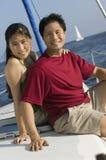 Couples détendant sur le bateau Image libre de droits