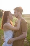 Couples détendant sur le champ de blé Photographie stock libre de droits
