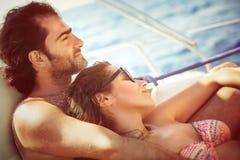 Couples détendant sur le voilier Image libre de droits