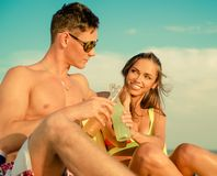 Couples détendant sur une plage Photo libre de droits