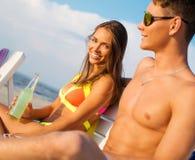 Couples détendant sur une plage Image libre de droits