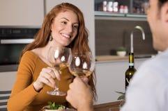 Couples dînant à la maison Images stock