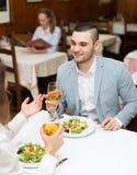 Couples dînant avec le champagne Images stock