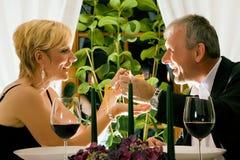 Couples dînant dans le restaurant Images stock