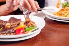Couples dînant ensemble image libre de droits