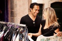 Couples d'achats heureux Image libre de droits