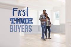 Couples d'acheteurs de première fois dans leur nouvelle maison Photos stock