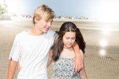 Couples d'adolescent dans l'amour sur la plage Photo stock