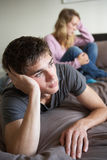 Couples d'adolescent dans la chambre à coucher après argument images stock