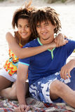Couples d'adolescent de verticale sur la plage Image libre de droits