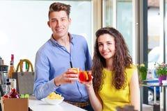 Couples d'adolescent grillant dans la barre Image stock
