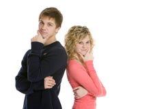 Couples d'adolescent mignons restant de nouveau au dos Images stock