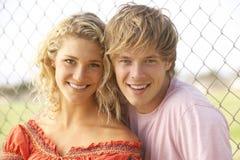 Couples d'adolescent se reposant dans la cour de jeu Photos libres de droits
