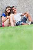 Couples d'adolescent se reposant sur l'herbe Photo libre de droits