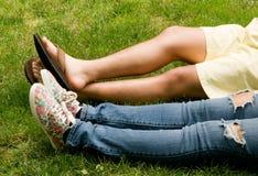 Couples d'adolescent se situant dans l'herbe Image libre de droits