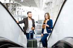 Couples d'affaires à l'aéroport Photo stock