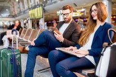Couples d'affaires à l'aéroport Photos libres de droits