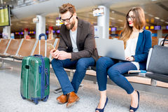Couples d'affaires à l'aéroport Images libres de droits