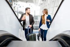Couples d'affaires à l'aéroport Images stock
