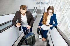 Couples d'affaires à l'aéroport Image stock
