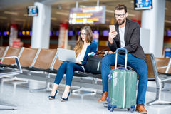 Couples d'affaires à l'aéroport Image stock