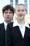 Couples d'affaires à l'extérieur Images stock