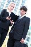 Couples d'affaires à l'extérieur Photo libre de droits