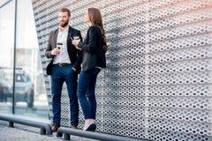Couples d'affaires à l'extérieur Photographie stock libre de droits